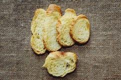 Ξηρό άσπρο ψωμί στον πίνακα στοκ φωτογραφία
