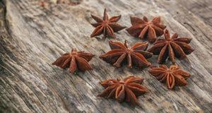 Ξηρό αστέρι anises σε μια ξύλινη επιφάνεια Στοκ Εικόνες