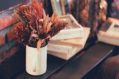 Ξηρό δοχείο λουλουδιών και εγκαταστάσεων στην ξύλινη διακόσμηση επιτραπέζιων σπιτιών Στοκ Φωτογραφίες