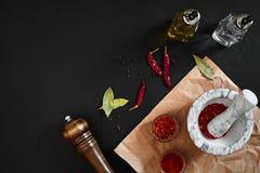 Ξηρό και συντριμμένο κόκκινο πιπέρι τσίλι στο κονίαμα πετρών διάστημα αντιγράφων στοκ εικόνες με δικαίωμα ελεύθερης χρήσης
