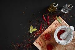 Ξηρό και συντριμμένο κόκκινο πιπέρι τσίλι στο κονίαμα πετρών διάστημα αντιγράφων στοκ εικόνες