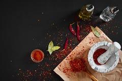 Ξηρό και συντριμμένο κόκκινο πιπέρι τσίλι στο κονίαμα πετρών διάστημα αντιγράφων στοκ φωτογραφία με δικαίωμα ελεύθερης χρήσης