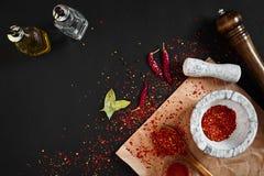 Ξηρό και συντριμμένο κόκκινο πιπέρι τσίλι στο κονίαμα πετρών διάστημα αντιγράφων στοκ φωτογραφίες με δικαίωμα ελεύθερης χρήσης