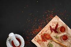Ξηρό και συντριμμένο κόκκινο πιπέρι τσίλι στο κονίαμα πετρών διάστημα αντιγράφων στοκ φωτογραφία