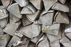Ξηρό καυσόξυλο καυσόξυλου σε έναν σωρό για την ανάφλεξη φούρνων Στοκ φωτογραφία με δικαίωμα ελεύθερης χρήσης
