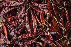 Ξηρό κόκκινο - καυτά πιπέρια τσίλι στο υπόβαθρο εγγράφου τεχνών Στοκ Φωτογραφίες