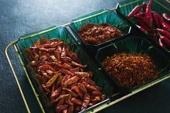 Ξηρό κόκκινο πιπέρι τσίλι, κόκκινο τσίλι και συντριμμένο κόκκινο πιπέρι στο κύπελλο Στοκ Εικόνες