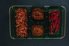 Ξηρό κόκκινο πιπέρι τσίλι, κόκκινο τσίλι και συντριμμένο κόκκινο πιπέρι στο κύπελλο Στοκ εικόνα με δικαίωμα ελεύθερης χρήσης