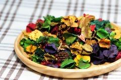 Ξηρό λουλούδι με το άρωμα στο ξύλινο πιάτο Στοκ φωτογραφία με δικαίωμα ελεύθερης χρήσης
