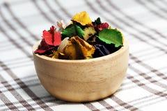Ξηρό λουλούδι με το άρωμα στο ξύλινο φλυτζάνι Στοκ εικόνες με δικαίωμα ελεύθερης χρήσης