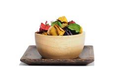 Ξηρό λουλούδι με το άρωμα στο ξύλινο φλυτζάνι Στοκ Εικόνα