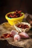 Ξηρό πιπέρι, τμήματα σκόρδου και μαϊντανός στην πετσέτα Στοκ εικόνα με δικαίωμα ελεύθερης χρήσης
