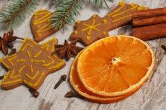 Ξηρό πορτοκάλι, καρυκεύματα και διακοσμημένο μελόψωμο στο παλαιό ξύλινο υπόβαθρο, διακόσμηση Χριστουγέννων Στοκ φωτογραφίες με δικαίωμα ελεύθερης χρήσης