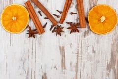 Ξηρό πορτοκάλι με τα καρυκεύματα στο παλαιό ξύλινο υπόβαθρο, διακόσμηση Χριστουγέννων Στοκ εικόνες με δικαίωμα ελεύθερης χρήσης