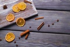 Ξηρό πορτοκάλι με τα ραβδιά κανέλας Στοκ εικόνα με δικαίωμα ελεύθερης χρήσης