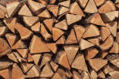 Ξηρό δρύινο ξύλο έτοιμο για τη θέρμανση Ξύλινα κούτσουρα που συσσωρεύονται ο ένας πάνω από τον άλλον Στοίβα του δάσους στοκ φωτογραφία