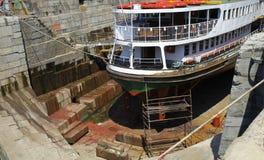 ξηρό σκάφος αποβαθρών Στοκ φωτογραφία με δικαίωμα ελεύθερης χρήσης