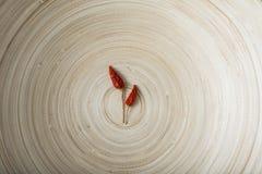 Ξηρό τσίλι στο βαθύ ξύλινο πιάτο Στοκ Εικόνες