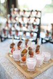 Ξηρό φρούτα φοινικών ημερομηνίας ή kurma, ramadan τρόφιμα με τη χρήση γάλακτος στη ημέρα γάμου στοκ εικόνες