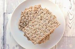 Ξηρό ψωμί στο πιάτο στο ξύλινο υπόβαθρο Στοκ Φωτογραφίες