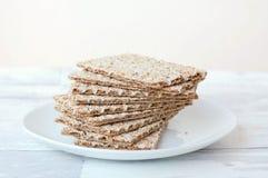 Ξηρό ψωμί στο πιάτο στο ξύλινο υπόβαθρο Στοκ Εικόνες