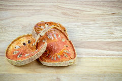 Ξηρό bael ή ξηρά marmelos aegle στην ξύλινη επιτροπή Στοκ Εικόνες