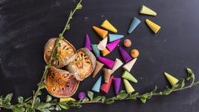 Ξηρό balefruit, χορτάρια και χρωματισμένο θυμίαμα στο backgro πινάκων κιμωλίας Στοκ εικόνα με δικαίωμα ελεύθερης χρήσης