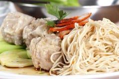 ξηρό noodles χοιρινό κρέας κόκκιν&omicron Στοκ Φωτογραφίες