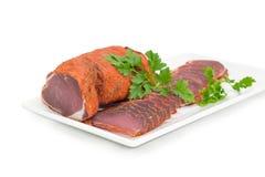 Ξηρό tenderloin χοιρινού κρέατος που τεμαχίζεται εν μέρει με το μαϊντανό στο άσπρο πιάτο Στοκ φωτογραφία με δικαίωμα ελεύθερης χρήσης