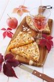 Ξινά, ζωηρόχρωμα φύλλα της Apple και wineglass Στοκ Εικόνα