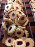 Ξινά μπισκότα σμέουρων στο αρτοποιείο Στοκ φωτογραφία με δικαίωμα ελεύθερης χρήσης