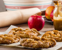 Ξινή ή αγροτική πίτα της Apple με τα μήλα Στοκ Εικόνες