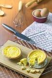 Ξινή γλυκιά πίτα κρέμας αυγών επιδορπίων στον ξύλινο δίσκο Τεμαχισμένα πορτογαλικά Tarts αυγών Στοκ εικόνα με δικαίωμα ελεύθερης χρήσης