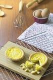 Ξινή γλυκιά πίτα κρέμας αυγών επιδορπίων στον ξύλινο δίσκο Τεμαχισμένα πορτογαλικά Tarts αυγών Ξύλινη ανασκόπηση Στοκ Εικόνες