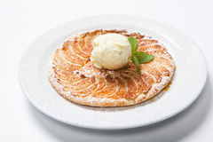 Ξινή, επίπεδη πίτα μήλων της Apple με το παγωτό στο άσπρο υπόβαθρο Στοκ Εικόνες