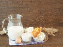 Ξινή κρέμα, γάλα, τυρί, αυγό, γιαούρτι στο ξύλινο υπόβαθρο στοκ εικόνα με δικαίωμα ελεύθερης χρήσης