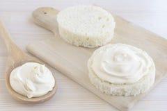 Ξινή κρέμα στη φέτα του στρογγυλού ψωμιού Στοκ εικόνες με δικαίωμα ελεύθερης χρήσης
