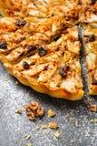 Ξινή πίτα της Apple με τα καρύδια και τις σταφίδες Στοκ Εικόνες