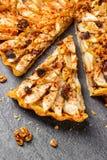 Ξινή πίτα της Apple με τα καρύδια και τις σταφίδες Στοκ Φωτογραφίες