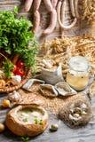 Ξινή σούπα με το λουκάνικο και αυγά που εξυπηρετούνται στο ψωμί Στοκ φωτογραφίες με δικαίωμα ελεύθερης χρήσης