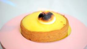 Ξινή caramelizing μαρέγκα λεμονιών απόθεμα βίντεο