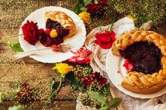 Ξινός με τα φρέσκα μούρα Ξινός που διακοσμείται σπιτικός με τα μούρα Τρόφιμα: Άνω πλευρά των βακκίνιων και σμέουρων - κάτω από το στοκ φωτογραφία