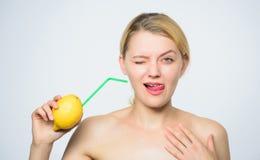 Ξινός μορφασμός γούστου γυναικών energy natural Δαπάνη βιταμινών Ενεργειακή επαναφόρτιση r Ενεργειακό ποτό στοκ εικόνες
