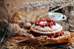 Ξινός τις φράουλες και την κτυπημένη κρέμα που διακοσμούνται με με το λιβάδι μεντών Στοκ Εικόνες