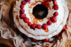 Ξινός τις φράουλες και την κτυπημένη κρέμα που διακοσμούνται με με το λιβάδι μεντών Στοκ Φωτογραφία