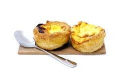 Ξινό ζεύγος αυγών στο ξύλινο πιάτο με το κουτάλι ανοξείδωτου Στοκ εικόνα με δικαίωμα ελεύθερης χρήσης
