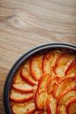 Ξινό κέικ της Apple στην ξύλινη επιτραπέζια κορυφή Στοκ εικόνες με δικαίωμα ελεύθερης χρήσης