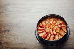 Ξινό κέικ της Apple στην ξύλινη επιτραπέζια κορυφή Στοκ φωτογραφία με δικαίωμα ελεύθερης χρήσης