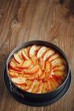 Ξινό κέικ της Apple στην ξύλινη επιτραπέζια κορυφή Στοκ Εικόνα