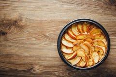 Ξινό κέικ της Apple στην ξύλινη επιτραπέζια κορυφή Στοκ Εικόνες